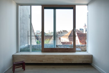 Topfloor bedroom with green roof terrace and bench