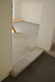 Step between apartment and vestibule